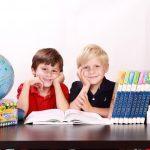 小学生、教室で騒ぐ子どもを静かにさせる方法は?怒る?褒める⁈